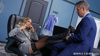 Office MILF gets intimate with a horny affaire d'amour partner