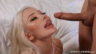 Blonde beauty gives groupie in addictive modes